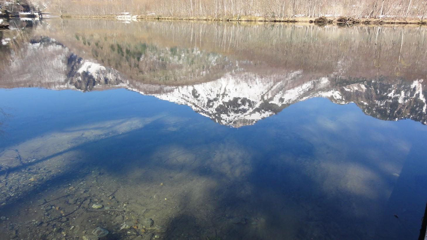燒岳的池中倒影