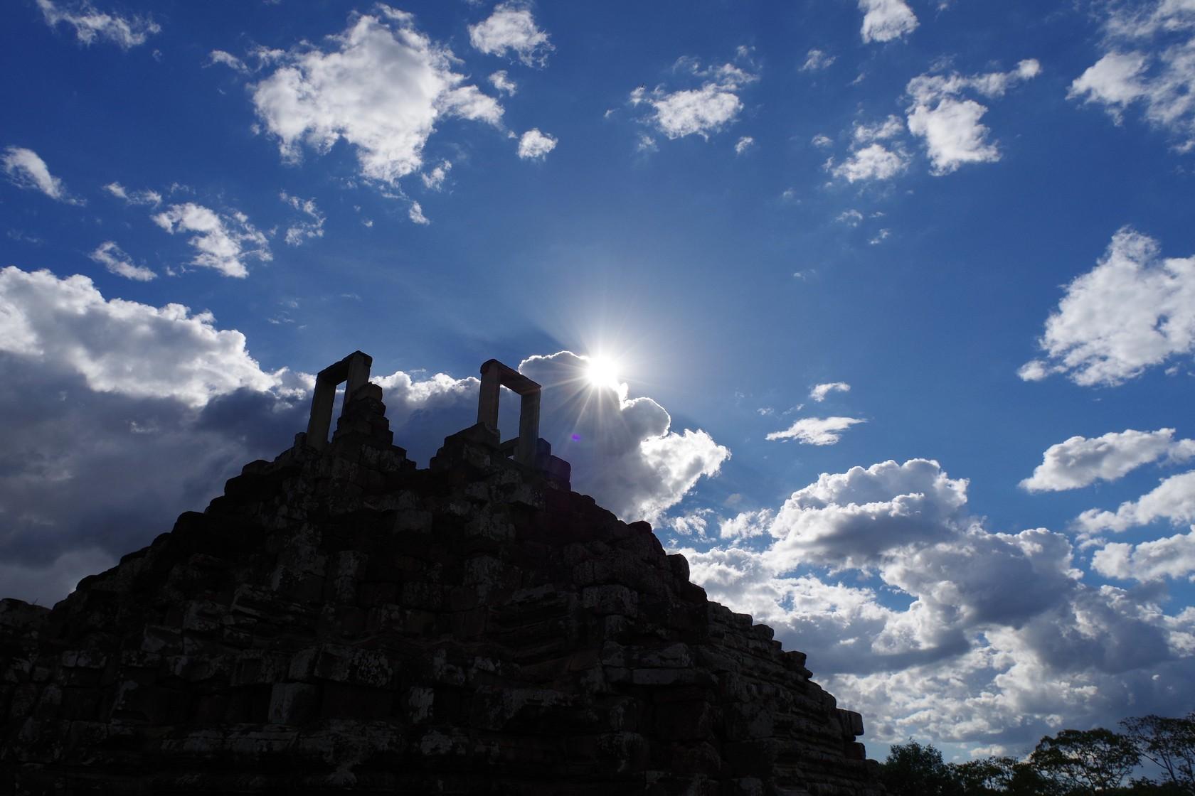 從午後雲層中探出頭的陽光-巴本宮殿
