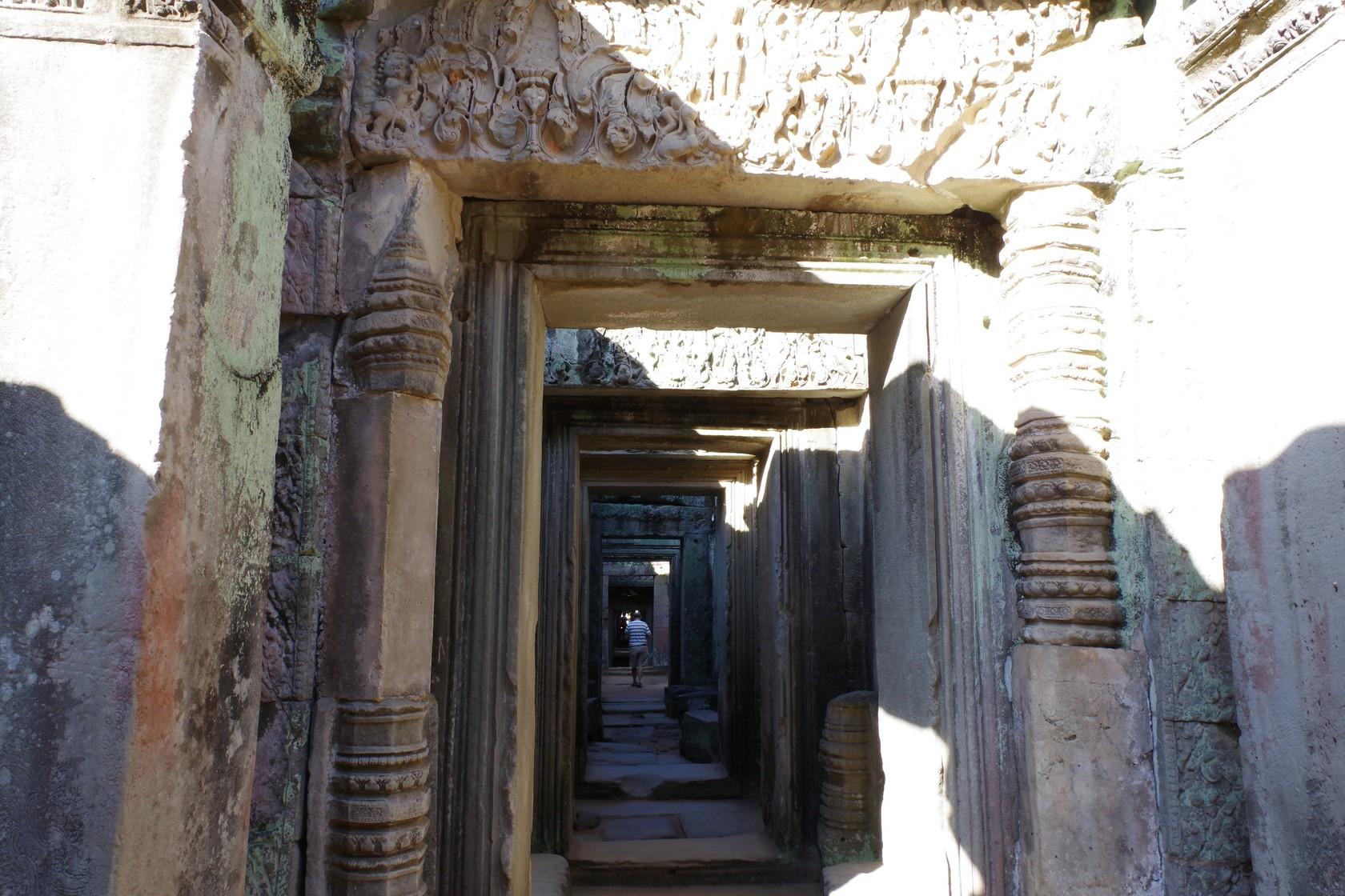 走在寺內廊柱間的遊客-寶劍寺