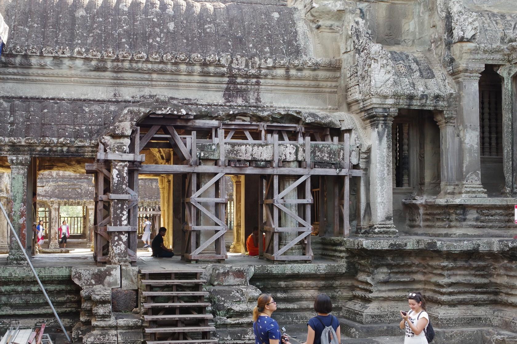 在寺內禮拜的僧人-吳哥窟