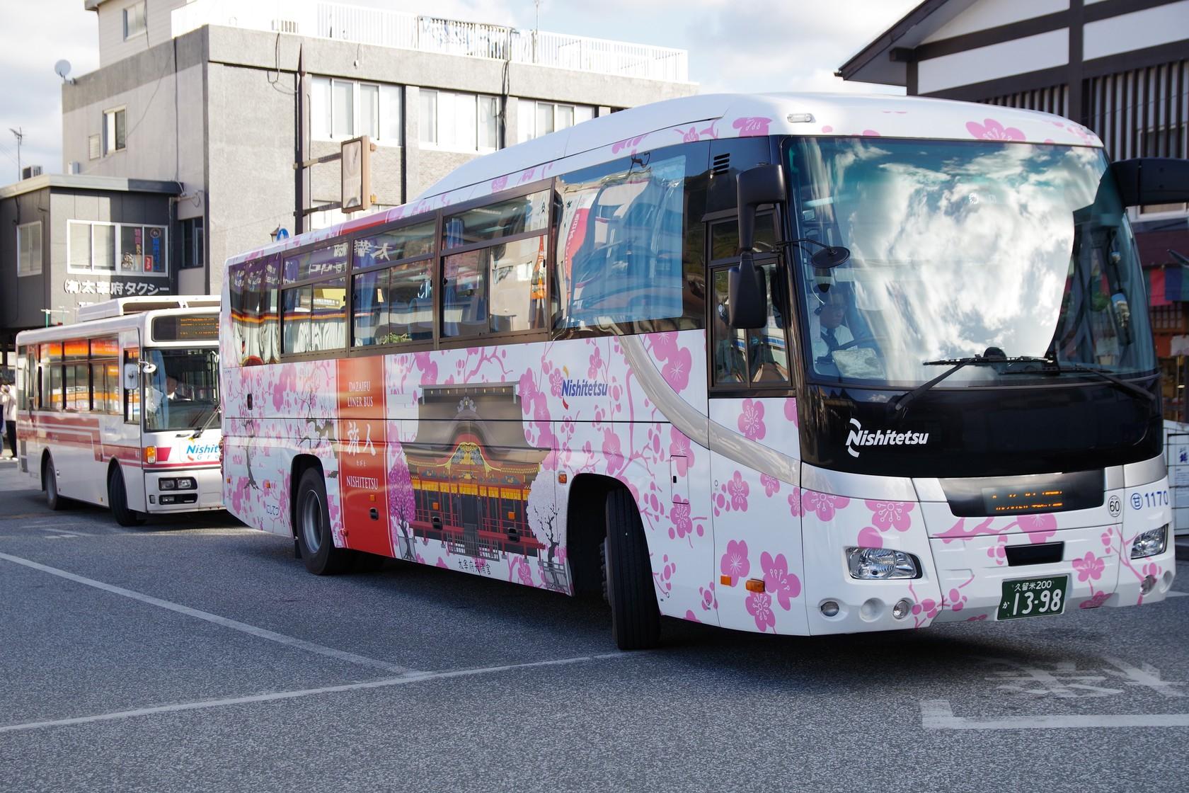 有彩繪車身的旅人巴士