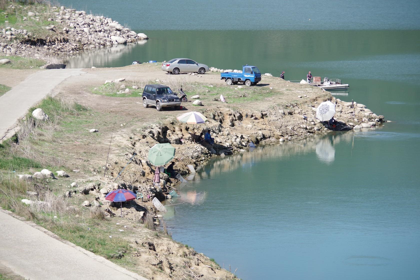 岸邊垂釣區的釣魚客