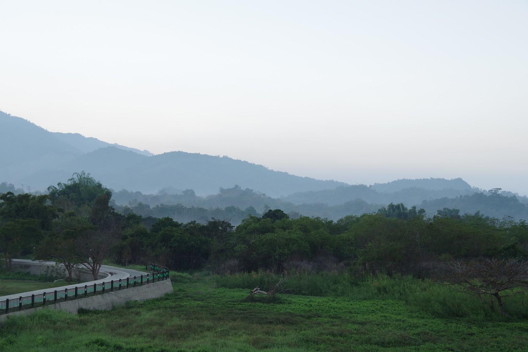 清晨的湖濱公園