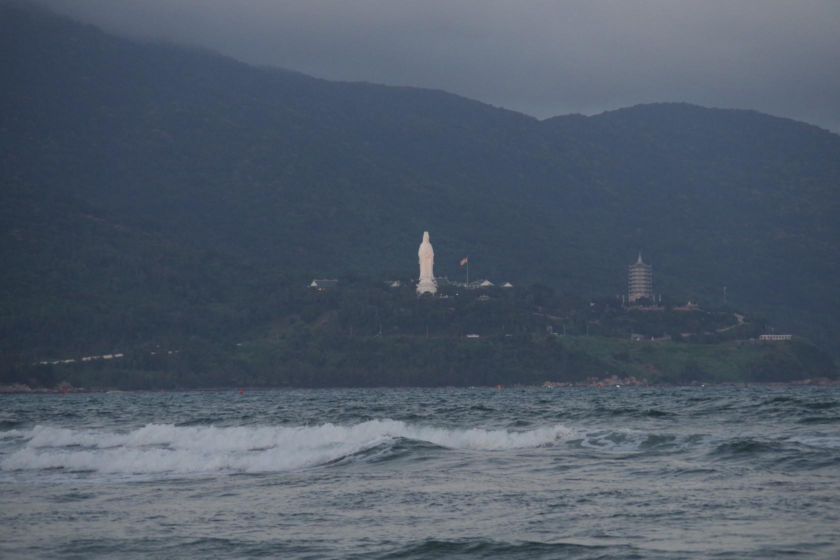 從美溪沙灘遠望山茶半島靈應寺觀音像