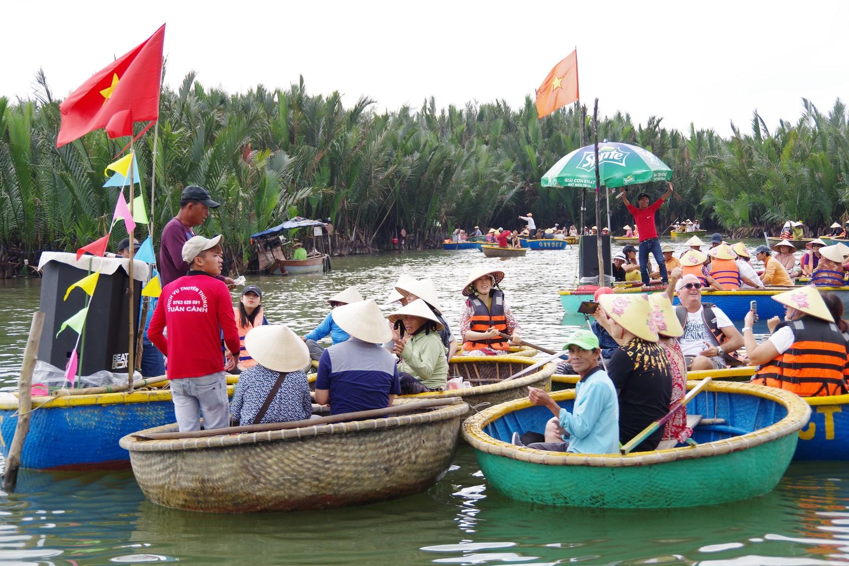 搭乘竹桶船遊河