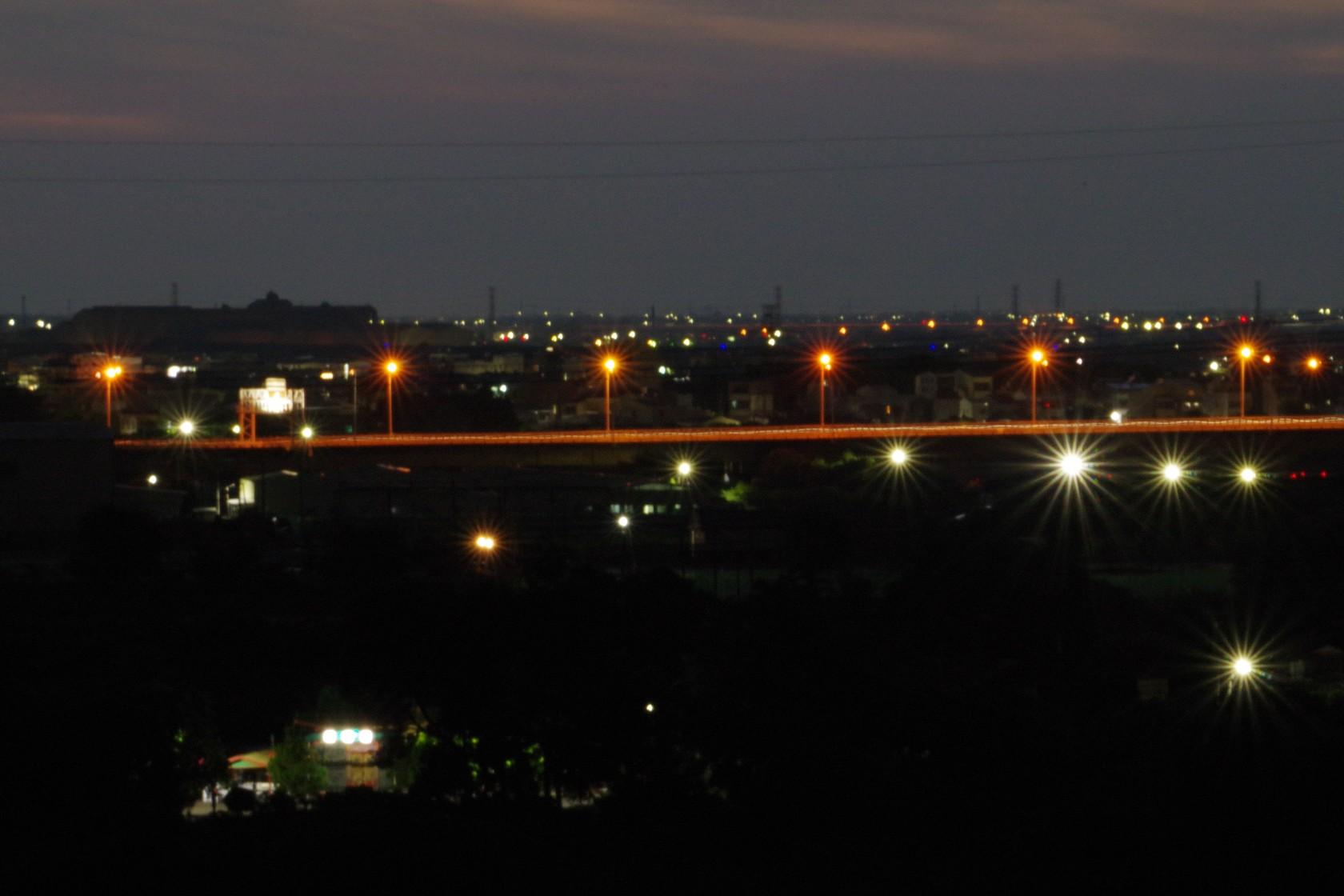 壩堤遠望公路夜景
